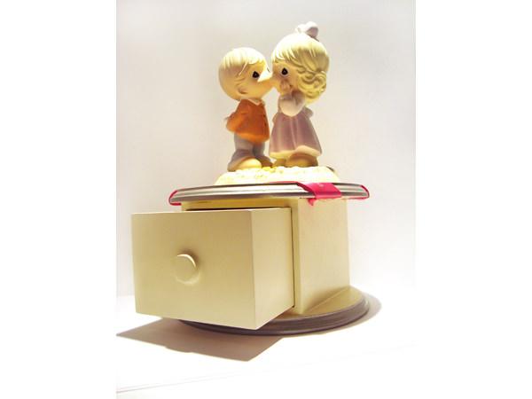 Romantic Couple Round Drawer,marco mario souvenir, wedding souvenirs, souvenir pernikahan surabaya indonesia, wedding favors, souvenir ideas, royal wedding souvenirs