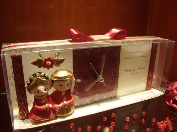 Traditional Glass Clock and Frame,marco mario souvenir, wedding souvenirs, souvenir pernikahan surabaya indonesia, wedding favors, souvenir ideas, royal wedding souvenirs