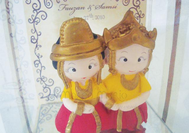 kutai traditional couple,marco mario souvenir, wedding souvenirs, souvenir pernikahan surabaya indonesia, wedding favors, souvenir ideas, royal wedding souvenirs