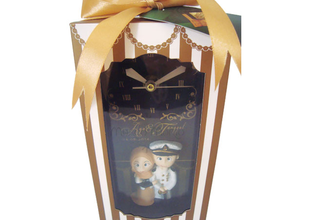 customized couple wooden clock,marco mario souvenir, wedding souvenirs, souvenir pernikahan surabaya indonesia, wedding favors, souvenir ideas, royal wedding souvenirs